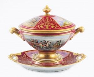 Waza z pokrywą, z miniaturami napoleońskimi, na talerzowej podstawie (presentoir)