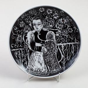 TALERZ Z KOBIETĄ NA TLE KWIATÓW, Polska, Ćmielów, 1967, Porcelana, czarna farba naszkliwna, śr. 32 cm