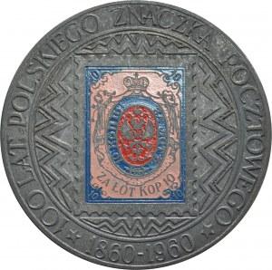 Medal jednostronny nieznanego autorstwa z 1960 roku, poświęcony stuleciu polskiego znaczka pocztowego.