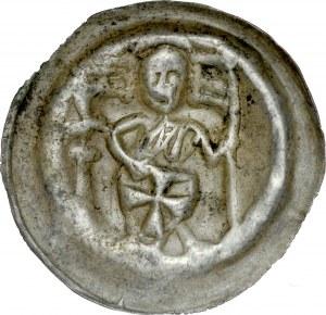 Brakteat guziczkowy, Av.: Rycerz zakonny trzymający tarczę, po bokach proporce, RR.