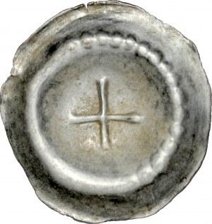 Brakteat guziczkowy, Av.: Krzyż prosty, na kołnierzu częściowo kropki.