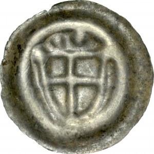 Brakteat guziczkowy, Av.: Tarcza krzyżacka, nad nią dwie kropki.
