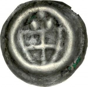 Brakteat guziczkowy, Av.: Tarcza krzyżacka, nad nią trzy kropki.
