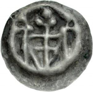 Brakteat guziczkowy, Av.: Tarcza krzyżacka, nad nią trzy kropki, po bokach słupy zakończone kropkami.