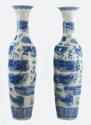 Para monumentalnych wazonów ze scenami z życia Chińczyków