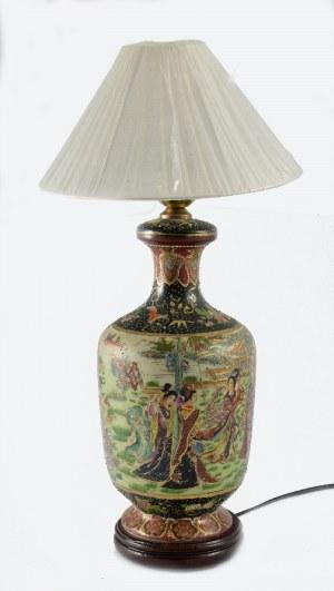 Lampa w typie Satsuma ze scenami dworskimi
