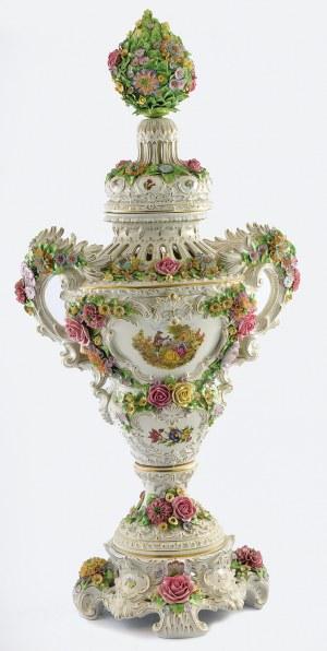 Sitzendorfer Porzellanmanufaktur Alfred Voigt, Amfora dekoracyjna z miniaturami na brzuścu, z kwiatową pokrywą i na podstawie