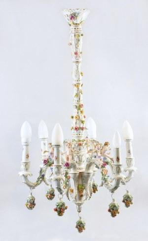 Schierholz'sche Porzllanmanufaktur, Plaue, Żyrandol porcelanowy 6-ramienny, z puttami z atrybutami i podwieszonymi szyszkami kwiatowymi