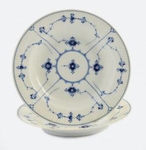 Royal Kopenhagen (Królewska Manufaktura Porcelany w Kopenhadze), Dwa talerze z wzorem suszonych kwiatów (Strohblumenmuster)