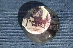CHŁOPY. Przycisk do papieru, szkło, w spód wmontowana fotografia z widokiem