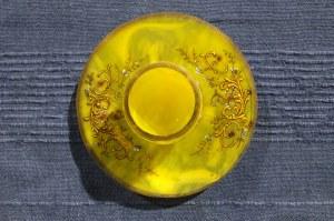 DZIWNÓW. Kieliszek szklany, kolor żółty ze złoceniami, motywy roślinne; st. bdb