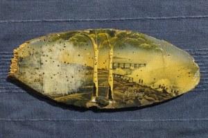 KOŁOBRZEG. Widok olejny przedstawia wybrzeże morskie na kawałku drewna, kolor