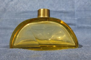 FLAKON. Flakon na perfumy szkło kolorowe (żółte); st. bdb, wys.: ok. 80 mm, wym