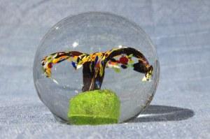 PRZYCISK. Przycisk na biurko w kształcie szklanej kuli z elementem kwiatowym
